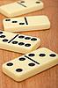Dominosteinen auf dem Holzbrett | Stock Foto