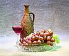静物与粘土瓶,葡萄和玻璃在画布上 | 免版税照片