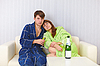 ID 3159753   Husband and wife sit on sofa and drink fizz   높은 해상도 사진   CLIPARTO