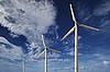 对蓝天的风力涡轮机 | 免版税照片