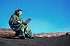 화학적으로 오염 된 지역에 노트북과 과학자 | Stock Foto