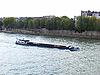 驳船在巴黎塞纳河上用沙子 | 免版税照片