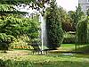 在公园里的喷泉和长凳   免版税照片