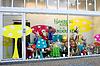 ID 3317103 | 孩子在Gorinchem店铺的商品展示窗口 | 高分辨率照片 | CLIPARTO