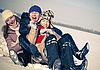 三个幸福的姐妹雪橇在冬季时间   免版税照片