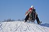 两个幸福的姐妹雪橇在冬季时间   免版税照片