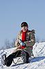 十几岁的女孩从山上滑雪橇   免版税照片