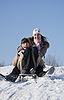 Dwa szczęśliwy sankach siostry w czasie zimy | Stock Foto