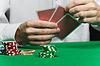 Фото 300 DPI: фишки для покера и игроков `руку с картами