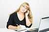 ID 3222209 | Pracownik biurowy. Blondynka z laptopa rozmawia przez telefon komórkowy | Foto stockowe wysokiej rozdzielczości | KLIPARTO