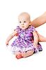 Bebé en hermoso vestido | Foto de stock