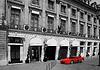 前面的红色法拉利在巴黎的豪华酒店 | 免版税照片