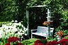 在花园里的白色木凳   免版税照片