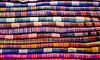 Stapel von bunten Stoffen am Markt | Stock Photo