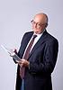 Retrato de hombre de éxito mayor con el libro | Foto de stock
