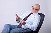 Retrato de hombre de éxito mayor con la tableta | Foto de stock