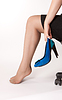 맨발로 앉아 여성 | Stock Foto