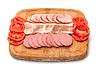 Sausage Slice surtidos, tocino y tomate en la corte | Foto de stock