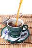 Pouring fresh tea into green cup   免版税照片