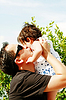 아버지는 뺨에 그의 아들 키스를 준다 | Stock Foto