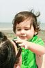 宝宝玩的母亲带着她的太阳镜 | 免版税照片