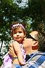 年轻的父亲和他的孩子一起在休息日 | 免版税照片