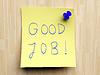 코르크 사무실 게시판에 노란색 작은 스티커 메모 | Stock Foto