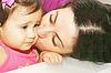 그녀의 딸 키스 어머니의 사진   Stock Foto