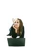 Фото 300 DPI: Девушка с ноутбуком на полу, думая о чем-то
