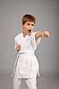 在白色和服战斗空手道男孩 | 免版税照片