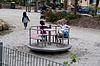快乐女生回旋处游乐场玩乐 | 免版税照片