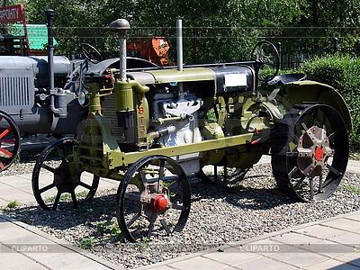 Stary ciągnik | Foto stockowe wysokiej rozdzielczości |ID 3012195