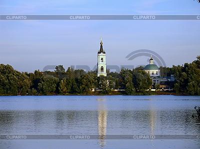 Kościół w pobliżu jeziora | Foto stockowe wysokiej rozdzielczości |ID 3032488
