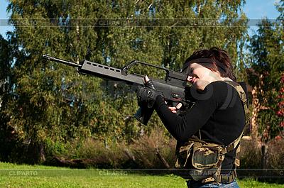 Schönes Mädchen mit Gewehr | Foto mit hoher Auflösung |ID 3038234