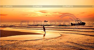 Kind am Strand am Sonnenuntergang | Foto mit hoher Auflösung |ID 3015869