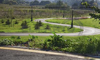 공원에서 머리 핀의 자형 굴곡을 가진 자전거 도로 | 높은 해상도 사진 |ID 3065273