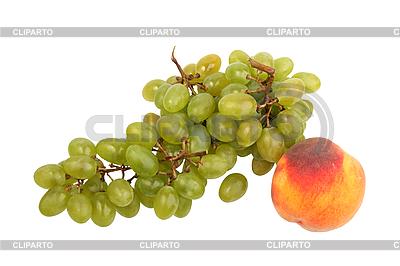Zielony grono winogrona i brzoskwinia | Foto stockowe wysokiej rozdzielczości |ID 3032734