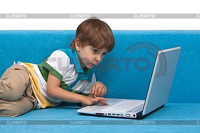 Knabe spielt auf Notebook | Foto mit hoher Auflösung |ID 3013982