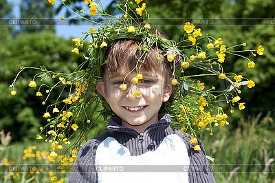 노란 꽃의 화 환을 가진 소년 | 높은 해상도 사진 |ID 3013996