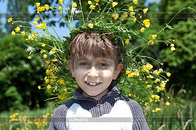 Młody chłopak z wieńcem żółtych kwiatów | Foto stockowe wysokiej rozdzielczości |ID 3013999
