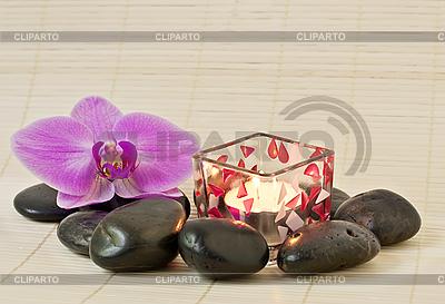 Rosa Orchidee und Zen Steine mit einer Kerze | Foto mit hoher Auflösung |ID 3014012
