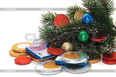 Заснеженные еловые ветки с елочными украшениями | Фото большого размера |ID 3018933