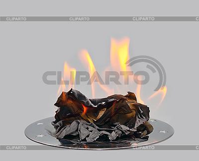 Spalanie papieru na metalowej tacy. | Foto stockowe wysokiej rozdzielczości |ID 3019230