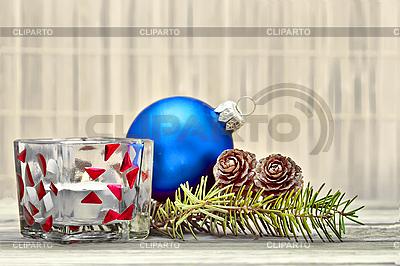 Zweig mit Tannenzapfen und Weihnachtsschmuck | Foto mit hoher Auflösung |ID 3028888
