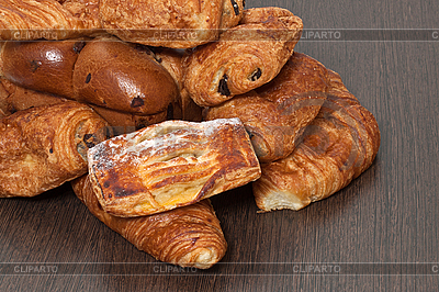 Apetyczny francuskie rogaliki na stole | Foto stockowe wysokiej rozdzielczości |ID 3160589