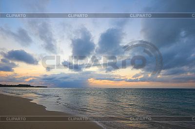 Spokój oceanu i plaży na tropikalnej sunrise | Foto stockowe wysokiej rozdzielczości |ID 3015378