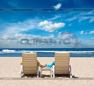 Para w leżaki trzymając się za ręce w pobliżu oceanu | Foto stockowe wysokiej rozdzielczości |ID 3015405