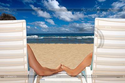 沙滩椅牵着手的情侣,近洋 | 高分辨率照片 |ID 3015408