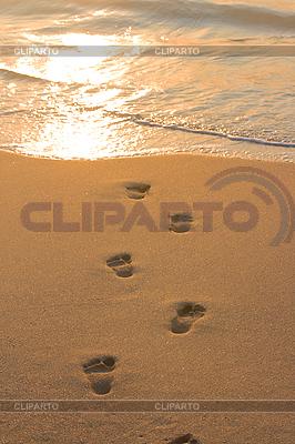 해변 모래와 파도에 발자국 | 높은 해상도 사진 |ID 3015424