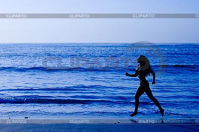 Sportliche Frau läuft entlang Strand | Foto mit hoher Auflösung |ID 3015426